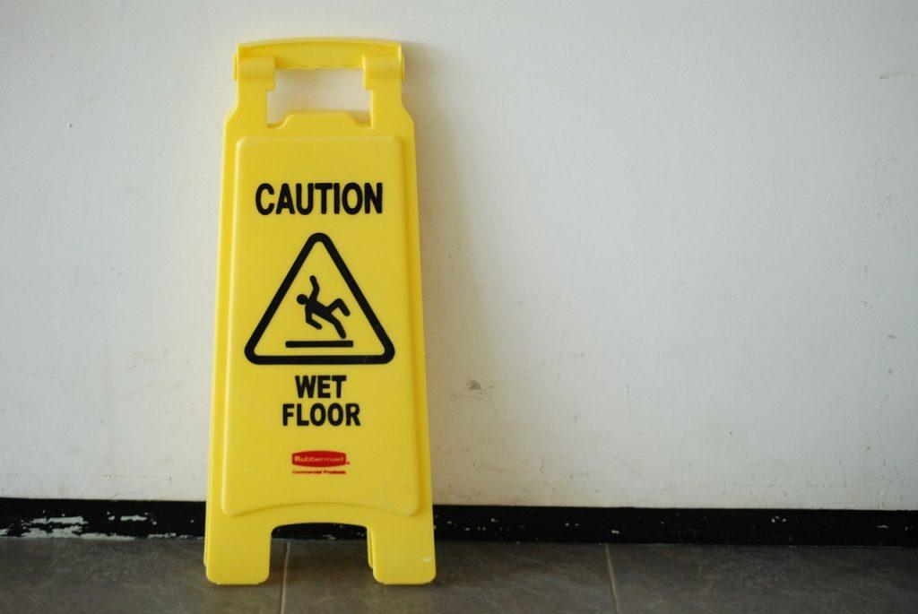 caduta pavimento bagnato